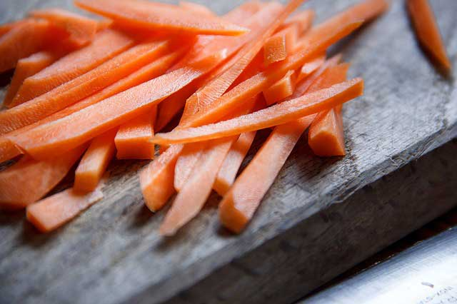 Морковь, порезанная для сушки