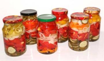 Ассорти из помидоров и болгарского перца с огурцами