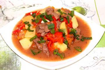 Вкусный гуляш из говядины с картошкой и помидорами