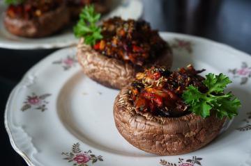 Фаршированные грибы, запеченные в духовке