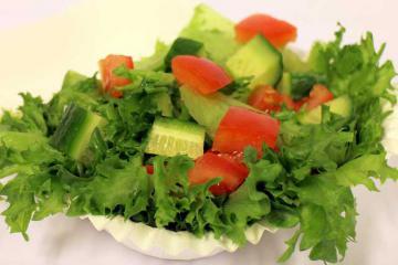 Вкусный салат из огурцов и помидоров