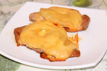 Свинина с ананасами под сыром
