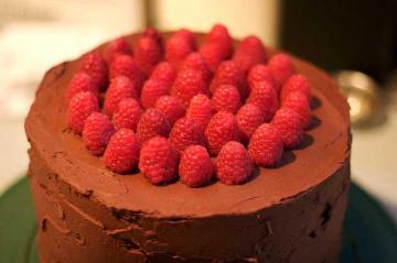 Вкусный торт с малиной